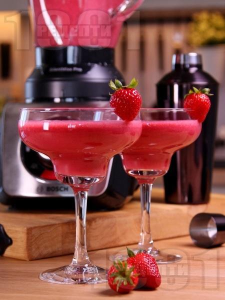 Коктейл ягодово Дайкири с пресни плодове, бял ром и ягодов ликьор - снимка на рецептата
